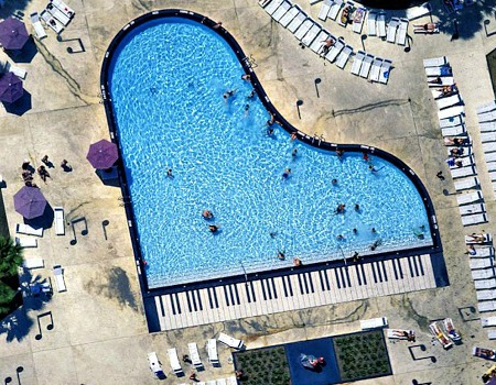 10 piscinas criativas e diferentes pelo mundo for Formas de piscinas